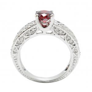 แหวนพลอยโกเมนประดับฐานแหวนด้วยเพชรจิกไข่ปลาชุบทองคำขาว